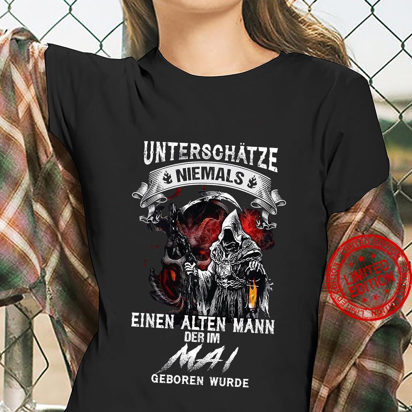 Unterschätze Niemals Einen Alten Mann Der Im Mai Geboren Wurde Shirt ladies tee